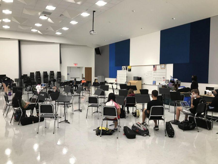 Ladue Orchestras prepare for rehearsal.